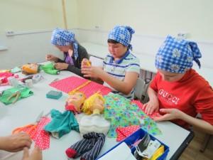 Младшая группа за изготовлением кукол для спектакля