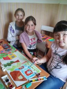 Дети рисуют декорации к кукольному спектаклю