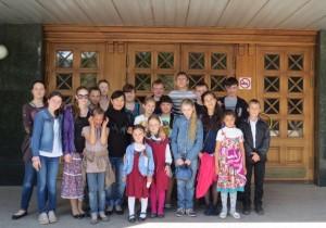 участники лагеря у дверей Национального театра